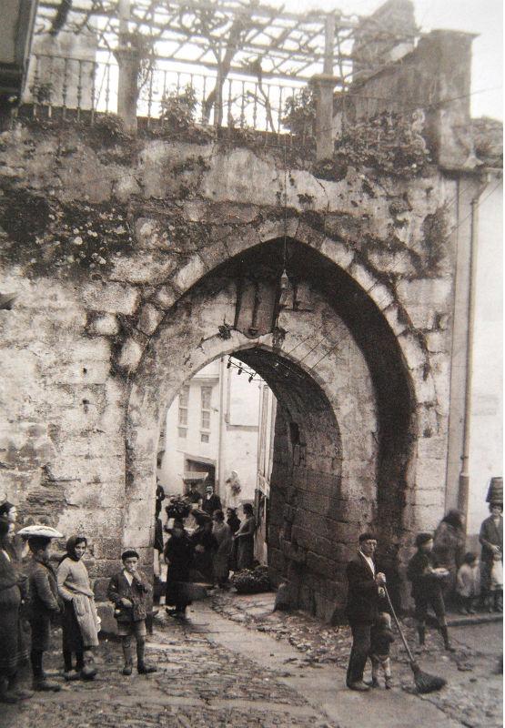 Porta ao pé da rúa Roldán, en Betanzos.