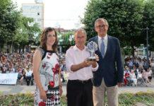 Carracedo, con María José Souto, presidenta da comisión de festas, e Evencio Ferrero, alcalde de Carballo. Imaxe: Concello de Carballo.