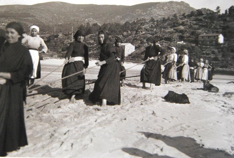 Mulleres turrando dunha rede na praia do Ézaro (Dumbría).