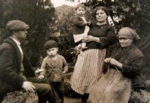 Un oleiro de Buño (Malpica), xunto á súa familia.