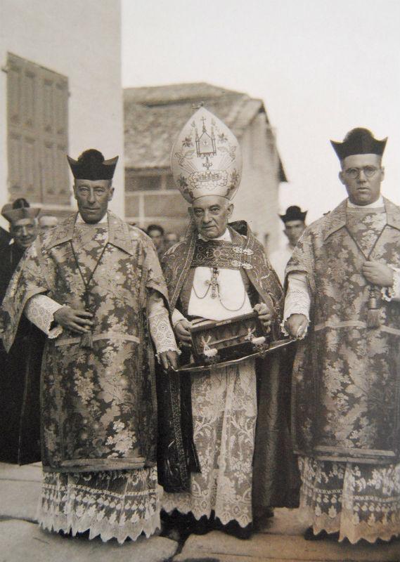 O bispo porta unha reliquia de San Paio, en Tui.
