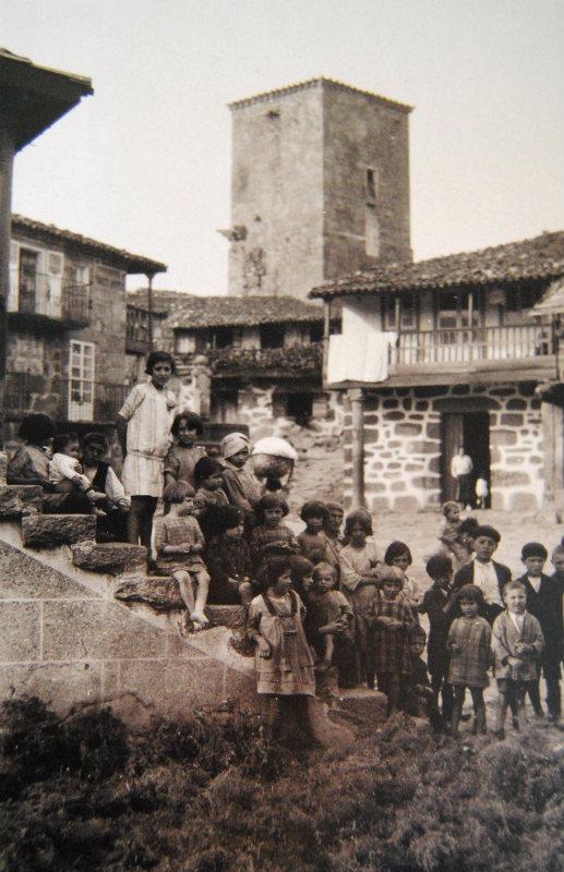 Praza de Vilanova dos Infantes ateigada de nenos.