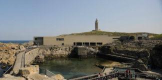Vista xeral da Casa dos Peixes, coa Torre de Hércules ao fondo. Foto: Museos Científicos Coruñeses.