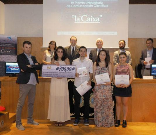 """A gañadora do IV premio """"Contar a Ciencia""""; Claudia Alonso, e os finalistas, xunto ás autoridades e os responsables de GCiencia. Foto: Anxo Iglesias."""