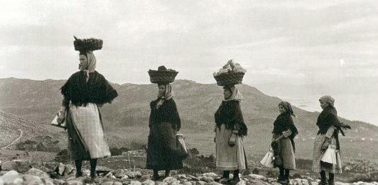 Un grupo de leiteiras, viúvas de vivos emigrados a América, regresa a Carnota desde Muros, tras percorrer un camiño empedrado durante varios quilómetros. Foto: Ruth Matilda Anderson.