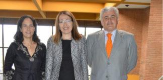 Damira Tattibayeva, entre Graciela Nebot e Carlos Franco, na Facultade de Veterinaria. Foto: USC