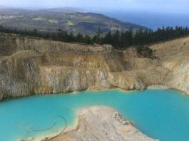As augas desta antiga mina teñen unha particular cor turquesa. Imaxe: Manuel Rey.