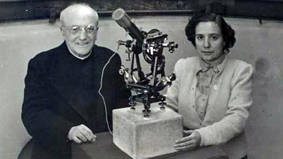 Antonia Ferrín Moreiras xunto a Ramón María Aller.