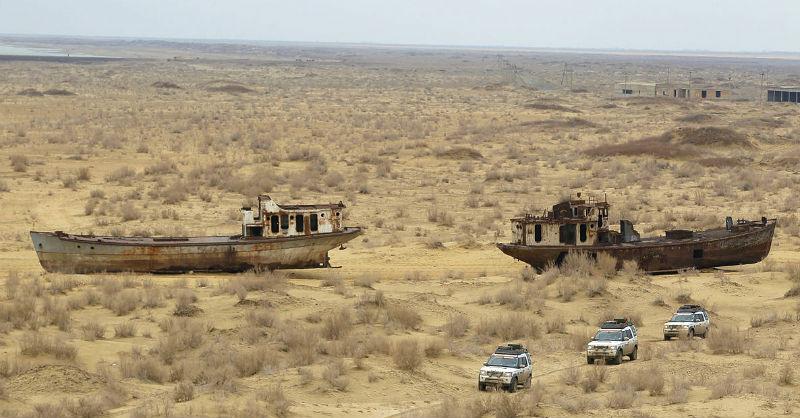 Barcos abandonados pola desecación do mar de Aral. Imaxe: Land Rover Mena / Wikicommons.