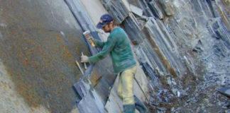 Traballador dunha canteira de lousa. Fonte: Willunga Story News.