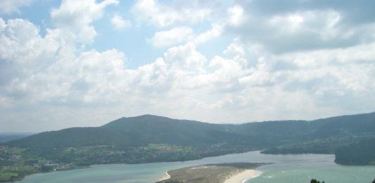 Esteiro do río Anllóns, na ría de Corme e Laxe. Á esquerda, varias aldeas de Cabana, onde naceu a SCA36.