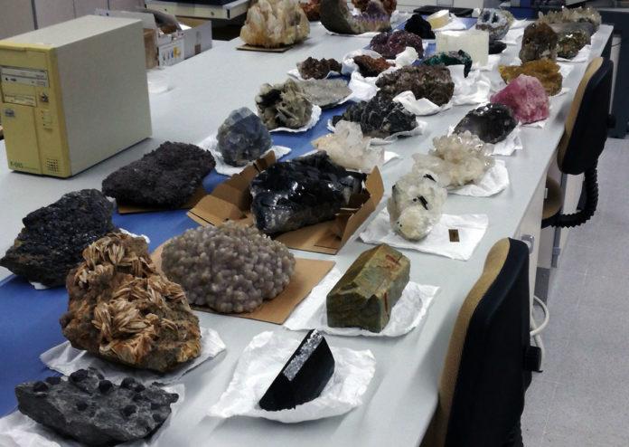 Exposición de minerais na Escola de Enxeñaría. Imaxe: Duvi.