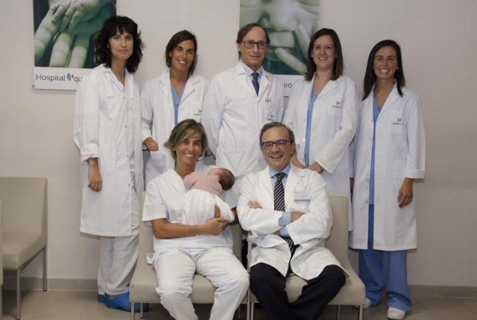 O equipo do hospital Quirón da Coruña, coa nena nacida libre da mutación do xen BCRA1.