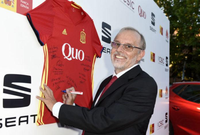 Antonio Figueras asina a camiseta da selección. Foto: Gema Checa.