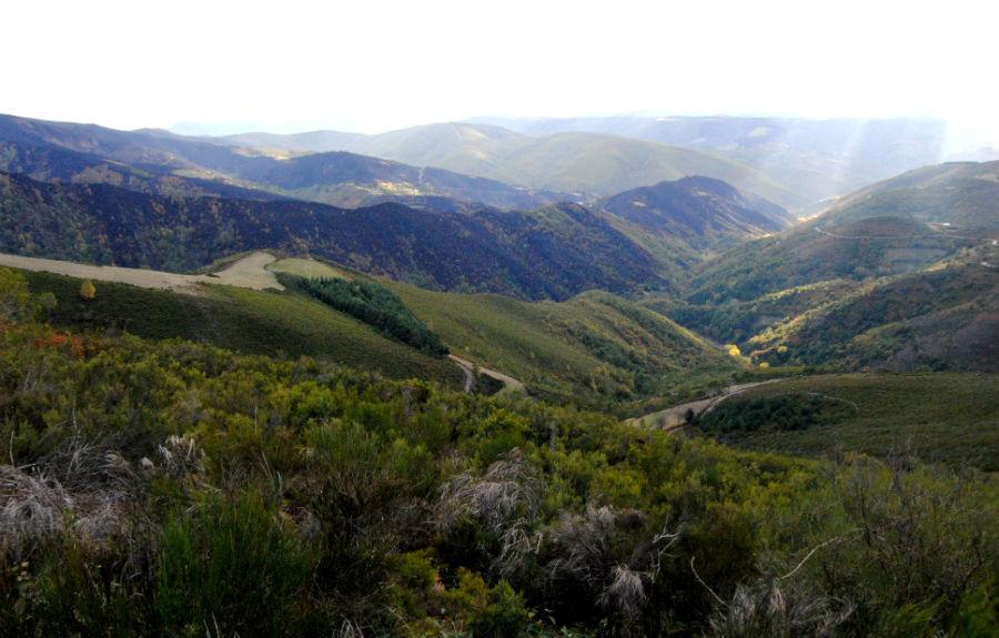 Vista da serra de Pando e os montes de Rebolín desde a zona do albergue dos Ancares.