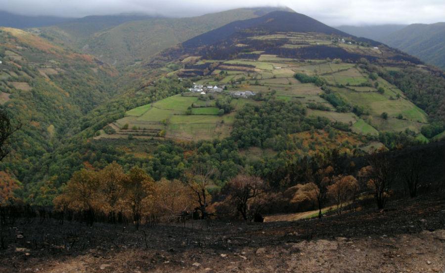 Algunhas aldeas, como Xantes ou Vilarello (na imaxe) quedaron cercadas polo lume.
