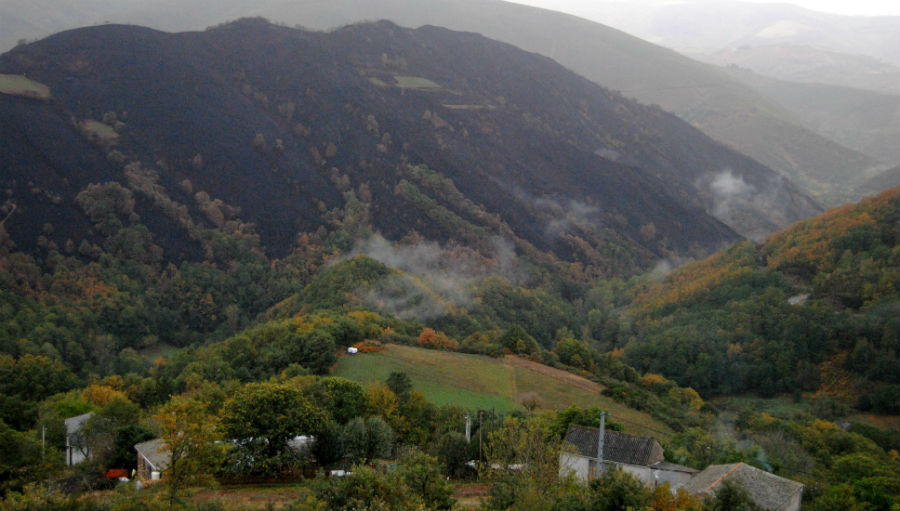 Varias aldeas viron bastante de preto o lume.
