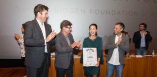 Rebeca recibe o premio de mans do xurado e as autoridades. Foto: Concello da Coruña.