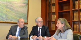 Francisco Puga, de Delta Vigo, o notario Miguel Lucas e Teresa Pedrosa, na sinatura do acordo. Foto: ZFV.