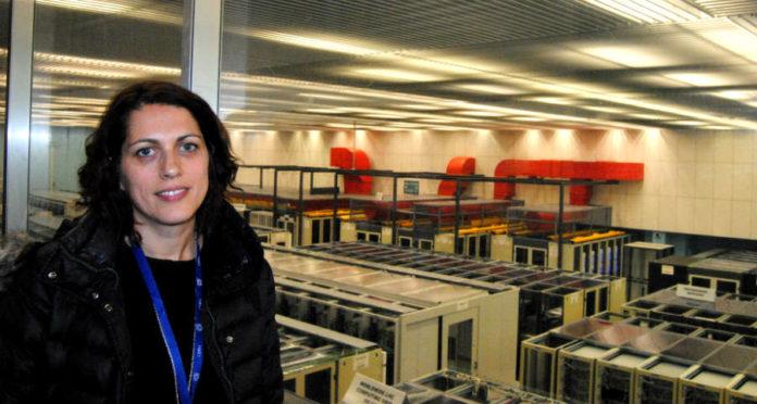 Eva Dafonte, xunto ao Centro de Datos do CERN, que almacena toda a información xerada no complexo. Foto: R. Pan.