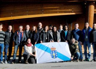 Preto dunha vintena de traballadores galegos do CERN reuníronse para a visita de GCiencia diante do Globo da Ciencia e a Innovación. Foto: R. Pan.