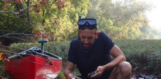 O investigador Noé Ferreira, durante unha mostraxse de mexillóns de auga doce. Fonte: Duvi.