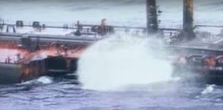 """Fenda aberta no casco do """"Prestige"""" pouco despois do accidente. Imaxe: Salvamento Marítimo."""