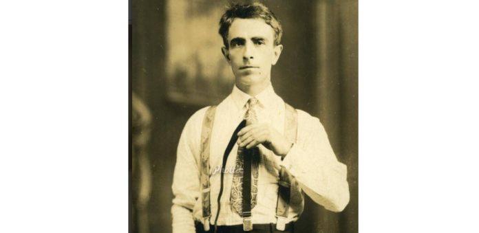 O inventor galego, nunha imaxe na que amosa a eficacia do seu invento. Imaxe: Phottic.