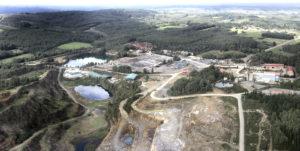 En primeiro plano, antiga explotación de cobre, que funciona actualmente como canteira. Detrás, zona do xacemento que se prevé explotar. Foto: Atalaya Mining.