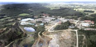 En primeiro plano, antiga explotación de cobre, que funciona actualmente como canteira. Detrás, zona do xacemento na que estaba previsto desenvolver a mina. Foto: Atalaya Mining.