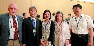 Os investigadores Manuel Arias e María Jesús Sobrido, no primeiro congreso mundial celebrado o ano pasado en Xapón.