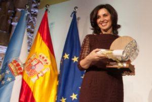 Begoña Vila recibe o premio María Wonenburger. Foto: xunta.gal.
