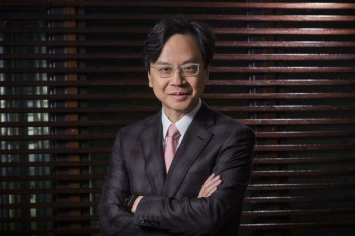 Dennis Lo foi o primeiro científico en demostrar a presenza de ADN do feto no sangue da nai e desenvolveu a técnica que permite descartar a síndrome de Down no feto cunha análise de sangue.