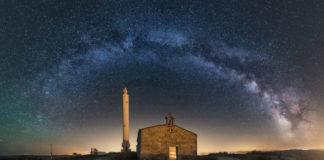 A Vía Láctea sobre a ermida da Virxe do Faro en Brantuas, no municipio de Ponteceso. Foto: Julio Castro.