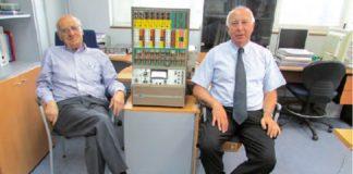 Os profesores Manuel Bao (esquerda) e Juan Casares, co computador analóxico TR-20 da USC instalado no curso 62-63. Foto: Henrique Neira.