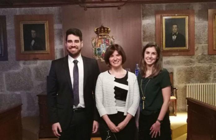 Victor Quintas, xunto a Inmaculada Tomás, directora da tese, e a investigadora Isabel Prada. Foto: USC.