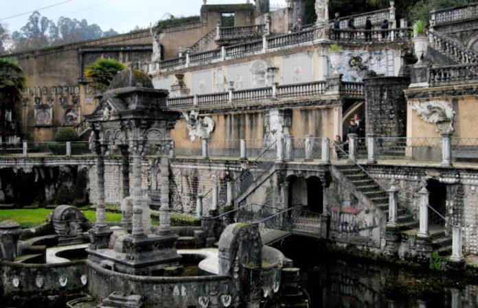 Estanque e illa do Retiro, un dos emblemas do parque, que actualmente presenta grave risco de colapso. Foto: R. Pan.