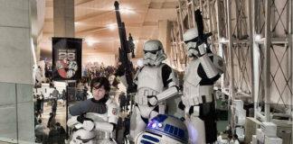 Eduardo, xunto á súa réplica de R2D2 e dous soldados clon. Foto: Duvi.