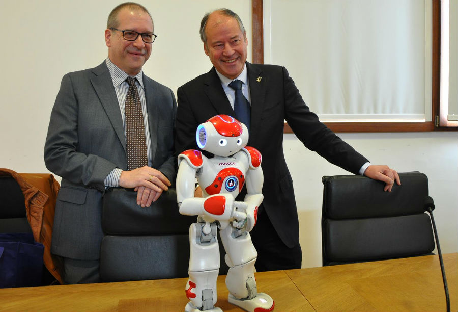 José Ignacio Armesto, coordinador das xornadas de automatización, e o reitor Salustiano Mato, co robot humanoide Yao. Imaxe: Duvi.