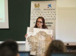 """Elena Vázquez Cendón amosa o mapa de Fontán durante a clase de presentación de Contar a ciencia-""""la Caixa"""". Foto: Anxo Iglesias."""