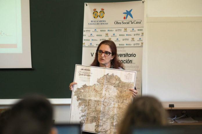 Elena Vázquez Cendón amosa o mapa de Fontán durante a clase de presentación de Contar a ciencia-