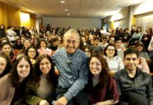 Carracedo, cun grupo de alumnos antes de comezar a charla 'CSI Galicia'. Imaxe: R. Pan.