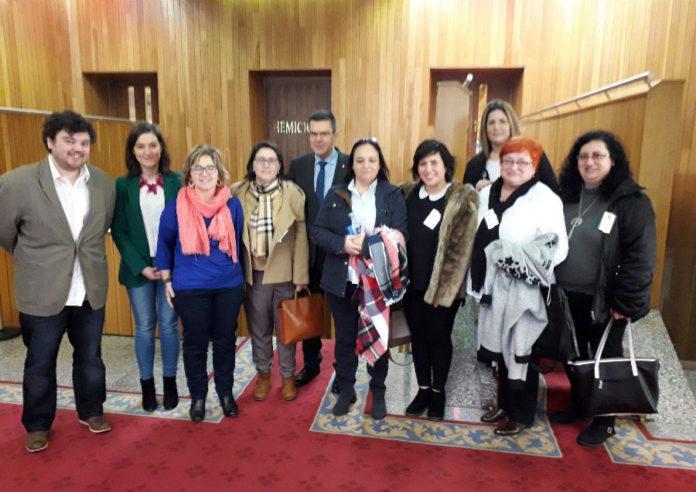Representantes políticos con membros da Federación Galega de Enfermidades Raras e Crónicas (Fegerec). Foto: Facebook de Fegerec.