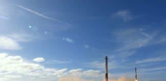 Momento no que os foguetes laterais do Falcon Heavy regresan á Terra tras cumprir a súa misión. Imaxe: SpaceX.