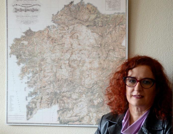 Elena Vázquez Cendón, xunto ao mapa de Galicia de Domingo Fontán. Foto: Gabriel Tizón.