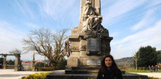 Xoana Pintos, xunto á estatua de Rosalía na Alameda de Santiago. Imaxe: R. Pan.