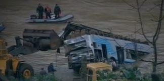 Os equipos de rescate de Portugal remolcan o autobús desde o río Douro. Imaxe: RTP1.
