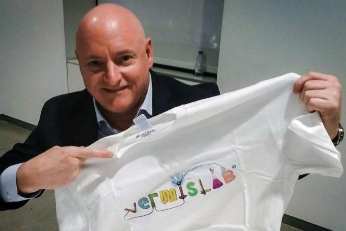 Scott Kelly, cunha camiseta de VermisLAB, que organiza o campamento. Imaxe: VermisLAB.
