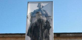 Os paneis fotográficos coa figura de Concepción Arenal cubrirán a estatua de Montero Ríos durante todo o mes de marzo. Imaxe: USC.