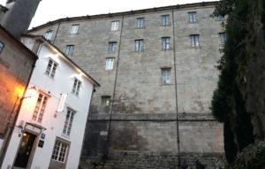 Lateral do mosteiro de San Martiño, en Compostela. Desde unha das fiestras superiores crese que o contrabandista Balboa tirou o penico cheo de dobróns. Imaxe: R. Pan.